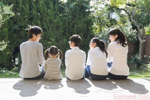家族友人5人 庭に向かって座る
