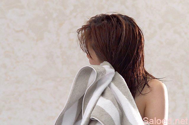 濡れた髪をタオルでふく女性